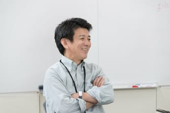 日立製作所の矢野和男さん。腕にはめているのが人間の身体の動きを測定できるリストバンド型センサー(写真:吉村永、以下同)