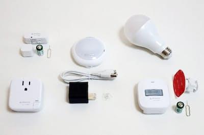 左上がドアセンサー、 中央がルームハブ、右上がスマートLEDライト、左下がスマートプラグ、右下がモーションセンサー