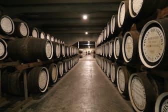 サントリー山崎蒸溜所の有料ガイドツアーで見学できる貯蔵庫。オーク材のたるに詰められた原酒がここで年月をかけて熟成され、美しい琥珀色に変わっていくのです。(写真:japan-guide.com)