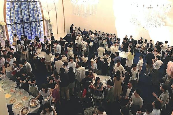 婚活パーティーに集う若者たち(東京・赤坂のブライダル会場)