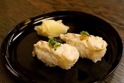美喜寿司のふぐの炙り握りずし。炙ると香ばしさが増す。7品で3240円の料金統一メニューはリーズナブル