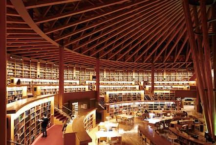 国際教養大学の図書館(同大学提供)