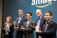 AIスピーカー「エコー」の日本発売を発表するアマゾンジャパンのジャスパー・チャン社長(中央)ら