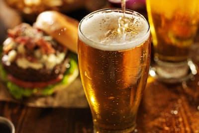 尿酸値が高い人の中には、いつ痛風になるかとビクビクしている人もいるのでは? とりあえずビールを控えておけばいいのだろうか(c)Joshua Resnick -123rf