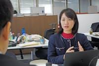 勤務地を自宅近くに変更してもらい、日本航空の田村知子さん(右)は早期復職を果たした(東京都品川区)