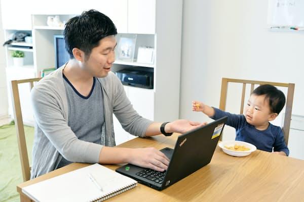 育休中、自宅で資料づくりなどの仕事をするMSDの梅田真史さん(東京都江東区)