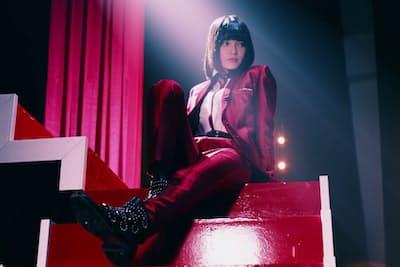 欅坂46のセンター平手友梨奈のソロ楽曲『渋谷からPARCOが消えた日』では、真っ赤なスーツに身を包んだ彼女が、80年代風の歌謡ロックをスタンドマイクを使いクールに歌いこなす