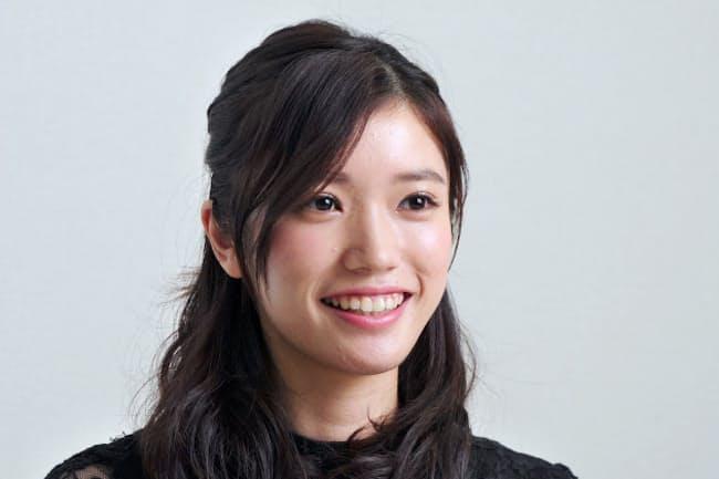 1996年東京都生まれ。子役としてデビューし、ドラマや映画で女優として活動。アニメ「プリキュア」最新シリーズの主人公役で声優としても活躍。25日から舞台「何者」に出演