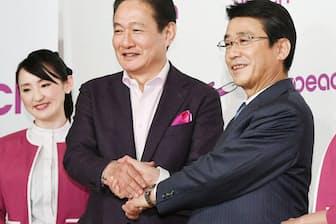 2017年2月、ピーチ・アビエーションの子会社化を発表したANAホールディングスの片野坂社長(右)