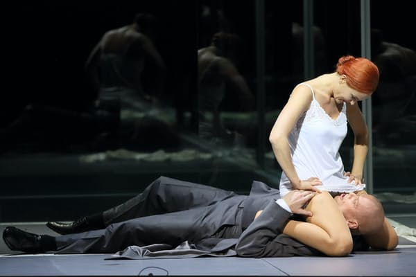 ルルのマルリス・ペーターゼン(上)とシェーン博士のボー・スコウフス(下)。2015年5月、ドイツ・ミュンヘンのバイエルン国立歌劇場で (C)Wilfried Hoesl(提供=バイエルン国立歌劇場)