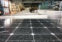 家電リサイクル工場で解体を待つ太陽光パネル