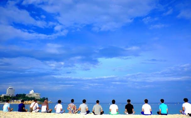 真っ青な空と海が美しい白浜の海岸。ここにセールスフォース・ドットコムのオフィスがある
