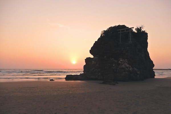 神迎(かみむかえ)神事が行われる稲佐の浜の夕日。鳥居が立つ岩は弁天島という名前