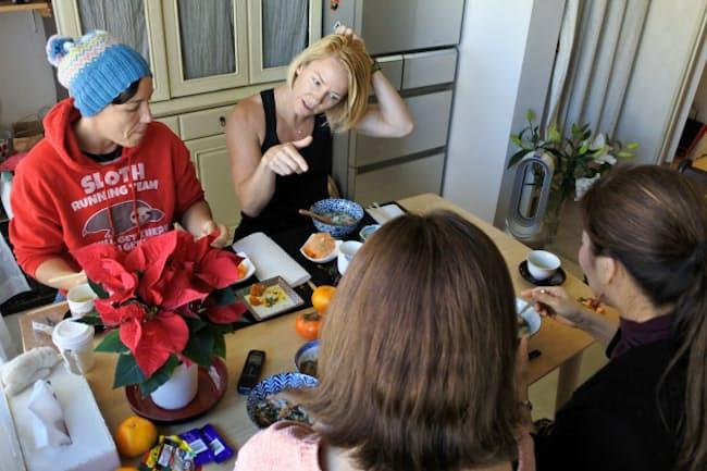 朝食を食べながらゲストとの間で会話が弾む(11月21日、東京都世田谷区)