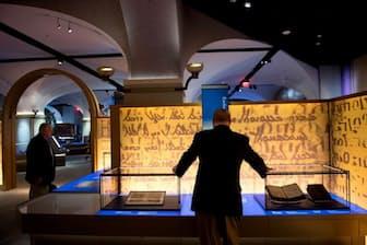 2017年11月14日、ワシントンDCに誕生した聖書の歴史、物語、影響に特化した博物館、「聖書博物館」のメディア向け内覧会で「聖書の歴史」という展示を見る来館者。(PHOTOGRAPH BY SAUL LOEB, AFP, GETTY IMAGES)