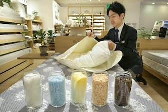枕は素材によって手入れ法が違う(東京・日本橋の西川産業)=遠藤宏撮影