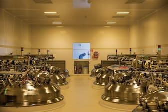 ベルギー、ブリュッセル近郊にあるグラクソ・スミスクライン(GSK)の新工場。スチールタンクの中では、ポリオワクチンの主要成分を製造している。(William Daniels/National Geographic)