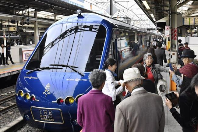 豪華列車の旅は高齢者の人気が高い 東京急行電鉄の「ザ・ロイヤルエクスプレス」で伊豆に出発する乗客(横浜駅)