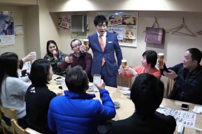 吉田さんに一目会おうと居酒屋ツアーに参加した台湾や香港の旅行者(東京都内の「鮨だり半」)