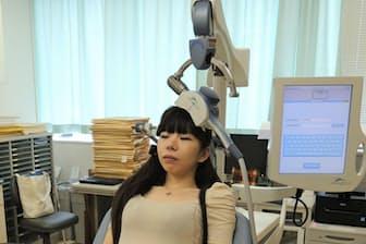 経頭蓋磁気刺激(TMS)の治療イメージ(写真は健常者によるモデル撮影、鬼頭伸輔氏提供)