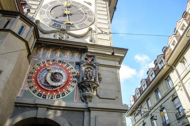 スイスの首都ベルンの旧市街にある時計塔=PIXTA