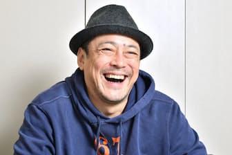 1966年埼玉県生まれ。86年、ヒロミさん、ミスターちんさんとコントグループ「B21スペシャル」結成。現在、「でびっと」の名称で国内外にラーメン店7店を展開。51歳。