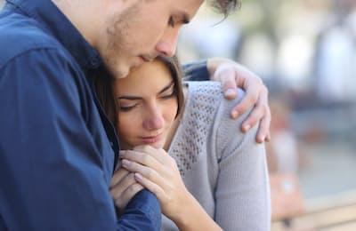 兆候に気づいたら、本人の話をまず聞いてあげる。そして、うつ病と診断されたら「温かな放置」の気持ちが大切だ(c)Antonio Guillem-123rf