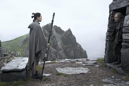 レイは島に身を潜めていたルーク・スカイウォーカーに会い、フォースの特訓に励む。12月15日公開/ウォルト・ディズニー・ジャパン配給 (C)2017 Lucasfilm Ltd. & TM. All Rights Reserved