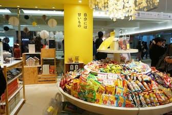 カルビーがルミネエスト新宿地下1階にオープンした「Yesterday's tomorrow」。カルビー以外のお菓子も楽しめる。写真は約200種類の個包装菓子を量り売りする「ぐるぐる」