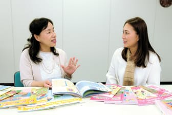 自宅で働ける魅力を語り合う、「ECCジュニア」のホームティーチャー、河部知賀子さん(左)と細井万裕さん