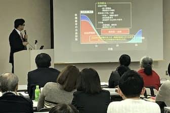 患者会主催のフォーラムで専門医の解説に耳を傾けるMDS患者ら(11月下旬、新潟市)