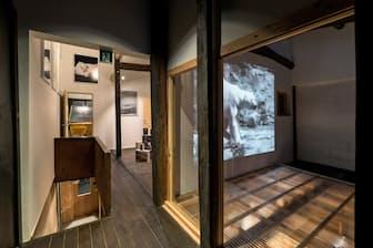 宿泊客は写真や絵画などの企画展を鑑賞できる(京都市のアートホステル「kumagusuku」)