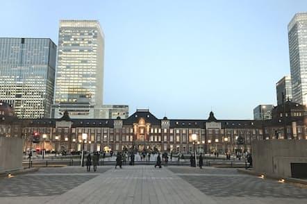 舗装を御影石で統一し、格調高い景観を作り出した(12月14日、東京都千代田区)