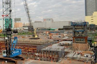 オリンピックアクアティクスセンターの現場では、屋根を支える鉄骨柱の施工が始まっている
