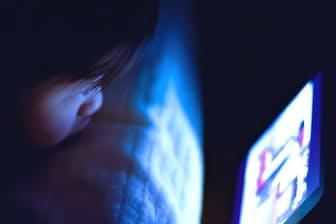 ブルーライトの影響で睡眠障害になる子供も増えている