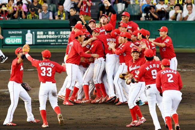 広島カープの17年の観客動員は4年連続で球団史上最多を更新した(リーグ連覇を決めて喜ぶナイン)