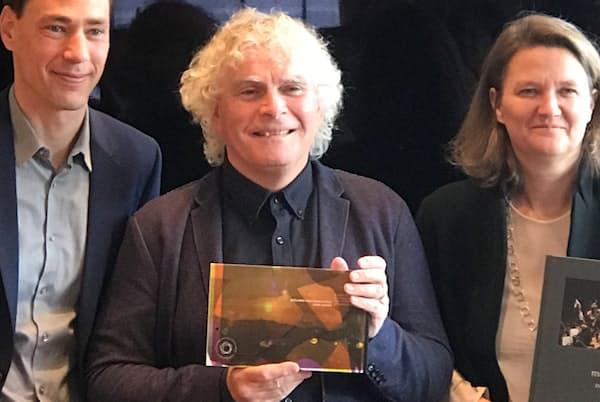 「ジョン・アダムズ・エディション」を自ら売り込むサイモン・ラトル=写真中央(2017年11月22日、東京・港のホテルオークラで)