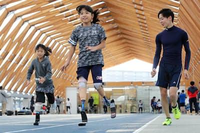 ランニング体験教室では、競技用の義足をつけた走り方を学べる(11月、東京都江東区)