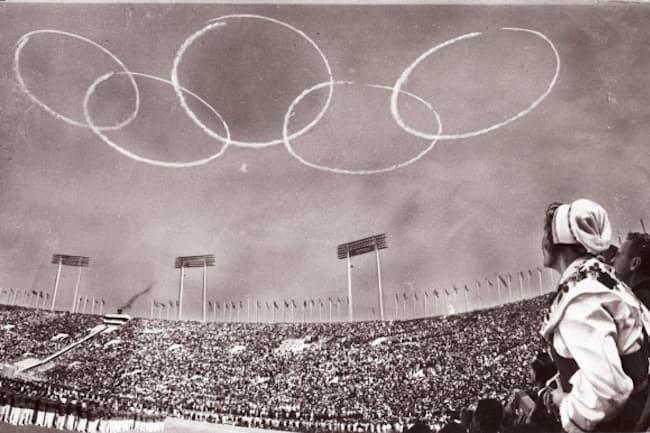 1964年10月の開会式では自衛隊機が青空に5つの輪を描き出した