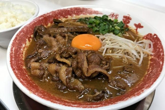 「茶系」には甘辛く煮付けた豚バラ肉が載ることが多い(ラーメン東大)