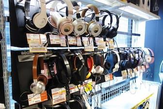 カンダエイトビル4階にあるe☆イヤホン秋葉原店。店内奥側にヘッドホンコーナーが広がる