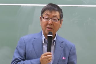 11月9日、東京大学の本郷キャンパスで学生に語りかけるニトリホールディングス会長の似鳥昭雄氏(東京都文京区)