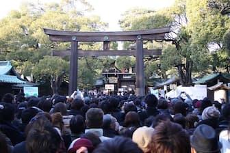 初詣の人々でにぎわう明治神宮。外国の人も大勢、参拝に訪れています(写真:japan-guide.com)