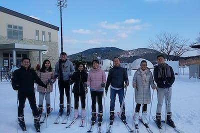 「峰山高原リゾート」を訪れたベトナム人客ら。同スキー場は国内で14年ぶりに新設された(マックアース提供)
