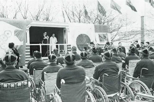 日本選手の結団式はバスを使って開かれた。水上勉らが編んだ『中村裕伝』には「(五輪の熱気に比べて)余りにも寂しい景色」とある(写真は日本障がい者スポーツ協会提供)