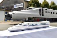 愛知県豊川市の日本車輛製造で報道公開されたN700S。手前は完成予想の模型
