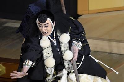 弁慶の「飛び六方」をみせる幸四郎(歌舞伎座)(C)松竹