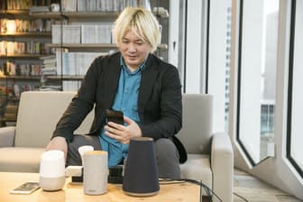 3台のスマートスピーカーを試用した津田大介氏。現時点で使いやすいと感じたのはGoogle Homeだったという