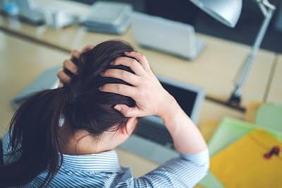 仕事が多すぎてパニックになっていませんか? (PIXTA)