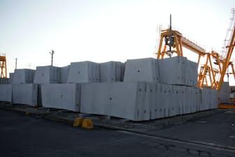日本コンクリート工業の川島工場女方製作所の敷地内には、出荷待ちのコンクリート製品がならぶ(茨城県筑西市)